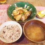 ネマルカフェ - 鶏肉と焼き大根の黒酢炒め定食(950円)