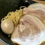 鳥白湯ラーメン はらや - つけ麺特製には大きなチャーシュー2枚・味玉・海苔が入ってました