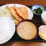 大勝 - 料理写真:アジフライ定食  730円。菜の花お浸し、冷奴、豚汁、漬物がついて、アジフライの付け合せの野菜も多めで、かなりボリュームあります。