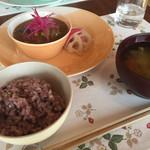カフェ オハリ - 料理写真:具沢山の牛肉と野菜たっぷりのカレー、ご飯、汁物。