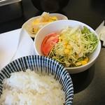 ホタル - 定食のご飯、味噌汁、サラダ、玉子焼き。