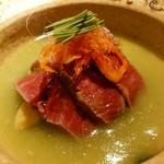 64112944 - 宮崎牛含め煮 和辛子 ホワイトアスパラ グリーンピースすり流し 桜えび 芽葱