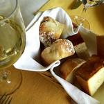 64113514 - パンとグラスワイン