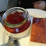 64115445 - ワラビ餅がのったプリン、チーズケーキ