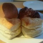 64115460 - ハートの形のスコーン、シナモンロール、パン