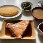 きぬ川 - カレイの煮つけで定食。玉子焼きを追加