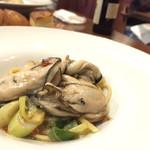 64117276 - 真牡蠣と野菜ソースのリングイネ。ネギの甘みが一瞬サツマイモかと思うほど芳醇だった。