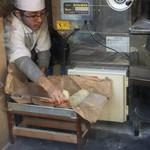 和風楽麺 四代目 ひのでや - 製麺機稼働中