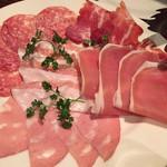 64123096 - イタリア産サラミと生ハムの盛り合わせ
