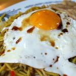 藤春食堂 - 黄身が半熟の目玉焼きを、麺に絡めてツルツルと