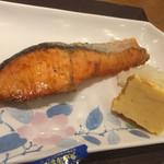 やえす初藤 - 鮭は結構大きな切り身です