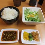 大名ちんちん - お好きな麺に、サラダとおかわり無料の白ご飯が付くBセットは800円。