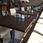 カフェハンズ - 店内テーブル席