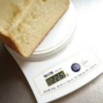 64137380 - ロイヤル食パン半斤計量。