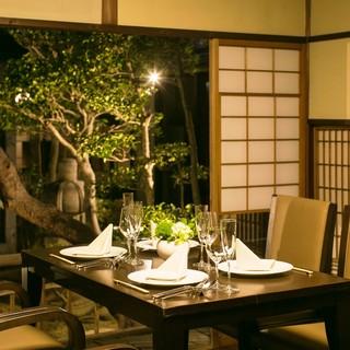 個室では中庭を見下ろす特別な空間でお食事を・・・