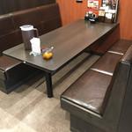 にっくい亭 - 広いテーブル席 席の壁も頭以上あるので 他のお客さんが見えない様になってます お1人でも来店される方 もいて カウンター席もありました