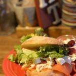 目黒FLAT - クリームチーズとスモークサーモンのサンドイッチ