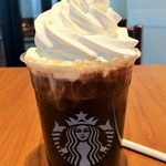 スターバックスコーヒー - アイスコーヒーで氷少なめ! フタは無しでホイップ追加! ホイップは盛れるだけ盛っての図