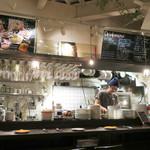 バル コションローズ - キッチンが見えるカウンター