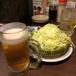 塩ホルモン 肉の寅屋 - ビールとお通しのキャベツ