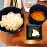 ベジキューブカフェ - ランチのご飯と味噌汁、ゆず風味の大根漬け