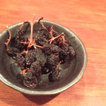 Tapasuebaru - お通しの枝付き干しブドウ
