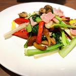 蔭山樓 - 旬野菜とベーコンのニンニク香り炒め