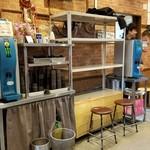 ラーメン二郎 - 荷物置き用の台