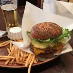 64168986 - 紙に包んでスタンバイ。アボカド厚切りチェダーチーズバーガーの1/2肉増量ビールセット1,871円也。