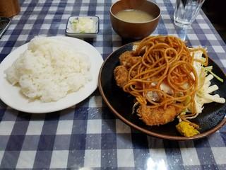 フクノヤ - 日替りランチ チキンカツ、スパ麺の下には目玉焼き、マカロニサラダ