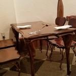リストランテ ハナヅカ - ゆったりとした木のテーブル