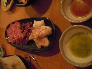 塩ホルモン けむり - 牛3点盛り ホホ肉、ハツ、大腸