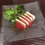餃座男 - トマトとモッツァレラのカプレーゼ