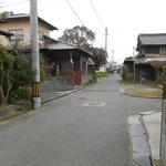 普段着きものカフェ サダ子さん - 真ん中左に行くと お店真ん中 木のあたり が 駐車場