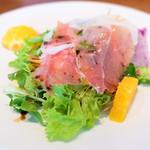 ワイン食堂 ル・プティ・マルシェ - パルマ産生ハムとフルーツのサラダ