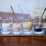 ワイン食堂 ル・プティ・マルシェ - ステーキの塩 ゲランド塩、ピンク塩、にんにく塩、竹炭塩