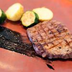 ワイン食堂 ル・プティ・マルシェ - 熟成黒毛牛ももグリルステーキ 竹炭ソース ズッキーニ、ジャガイモ添え
