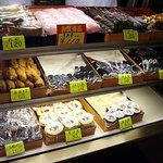 甘味処 山口家本店 - お寿司、団子、お餅のショーウィンドー