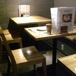 炭火串焼専門店 鶏天 - ☆店内はテーブル席☆