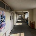 ぐっさん - 小学校の廊下みたいです。