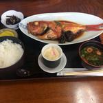 64204764 - 金目鯛の煮付け定食、椎茸と茄子が                       添えられていました。