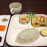 64205591 - 「海南鶏飯」!                       蒸し鶏は黄色っぽい。。                       黒色ソースは醤油ベースの黒胡椒味。。