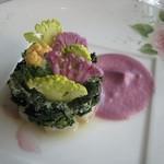 64217469 - ほうれん草と、鮮魚(イシダイ)のタルタル、カラフルなカリフラワーの菜園仕立て
