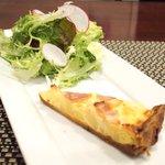 バティチ - Aランチ+カフェ 1000円 のオニオンとベーコンのキッシュ