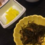 お食事処 さくら - お新香と小鉢(海鮮丼)