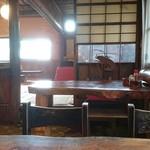 きのや - 店内。テーブル席と座敷席