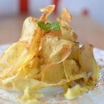 バニラアイスの甘露芋のチップ添え