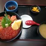 御食事処 たこ八 - いくらと炙りサーモンの2色丼(1404円)