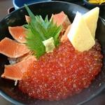 御食事処 たこ八 - いくらと炙りサーモンの2色丼(1404円) 丼アップ