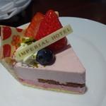 64247971 - ぽつんと、春らしいケーキ、お皿デコレーションなし。